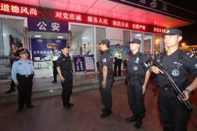 市领导国庆夜检查指导公安一线安保并带队武装巡逻