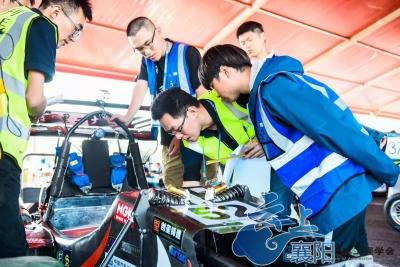 中国大学生方程式大赛首日  东道主车队再创襄阳纪录