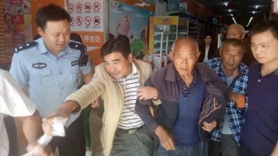 襄州程河一老人购物时突发疾病 民警紧急赶往救援