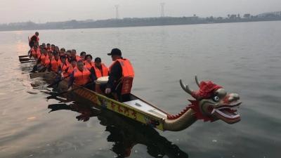 襄马当天龙舟竞渡将在汉江上举行 为比赛选手加油助威