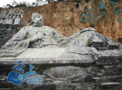 """伏羲浩然巨型石刻雕像""""现身""""襄阳岘山"""