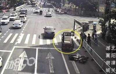襄阳一男子驾车撞人后逃离现场,监控拍下全过程!