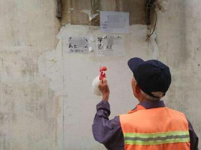 襄城:疏堵结合整治小广告
