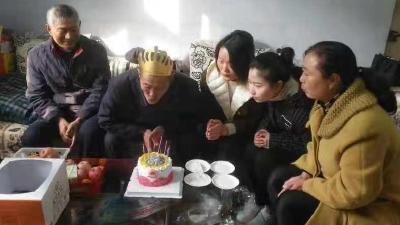 襄阳一社区每月定期为高龄老人过生日