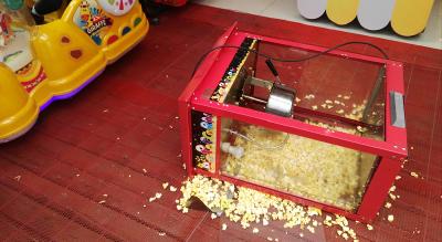 万达商场爆米花机突然倒地 滚烫爆米花飞溅小孩脸上