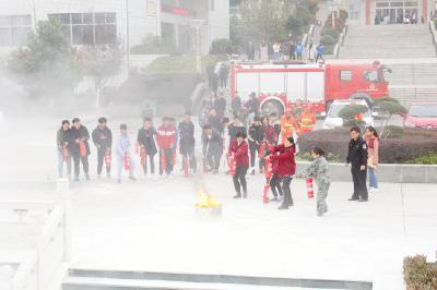 学校举行冬季消防演练