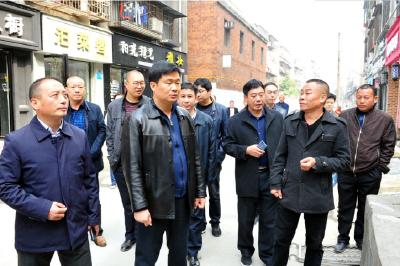 """襄城区领导调研社区""""两委""""换届和文明城市创建工作"""