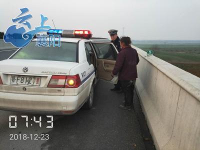 女子上高速拾荒不记路  民警将其护送回家