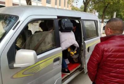 面包车接送学生多有超员  宜城交警连开11张罚单