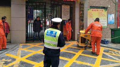 襄阳民警施划交通网格线  规范学校周边道路通行秩序