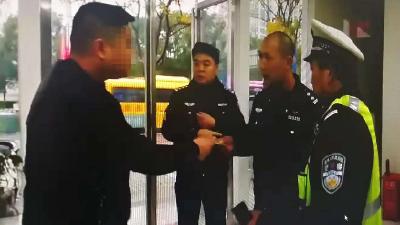 市民违反交规时 交警不需出示警察证