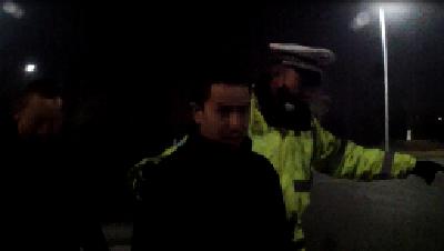 嫌女司机开太慢接过自己开  民警一查无证驾驶还是网上逃犯