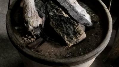 老人家用炭盆烤火 襄阳这个社区暖心买来电取暖器免费更换