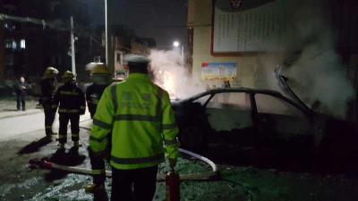 惊险!二十五中附近一汽车自燃   民警、消防紧急扑救
