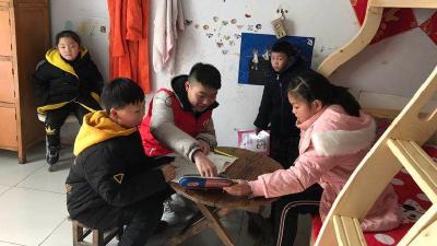 襄阳大一学生利用假期为留守儿童补课