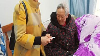 洪家沟社区:上门为老年人办理生存认证