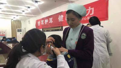 市医护人员到儿童福利院为孩子们检查听力
