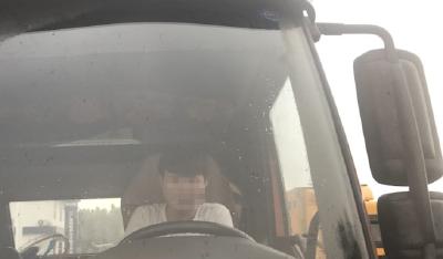 未成年人在高速上开货车 父亲:想看一下他有没有胆量
