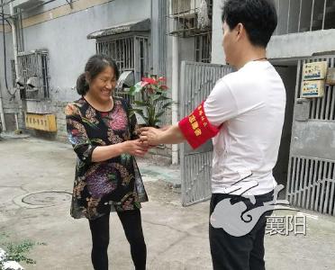 """樊城云集路社区开展""""送花进社区、绿植到家添温馨""""活动"""