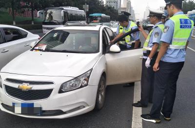 长虹路春园路口交通拥堵!都是因为停在快车道上的白色轿车...