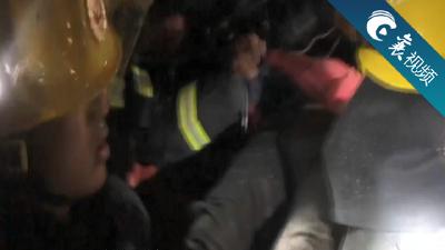 【襄视频】司机被困车中 消防火速救援