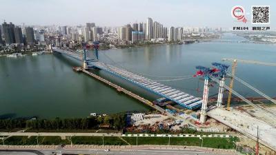 襄阳凤雏大桥开始桥面刷黑  确保大桥在端午节前通车