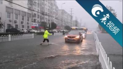 【襄视频】湖北襄阳多地被暴雨袭击  道路积水严重