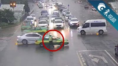 【襄视频】暴雨中,温暖人心的一把伞