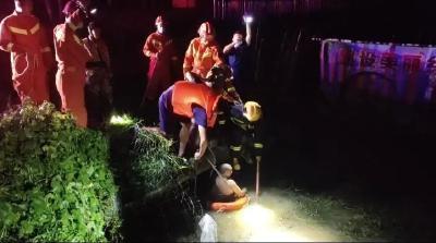 暴雨夜男子清理杂草被困下水道,消防紧急救援!