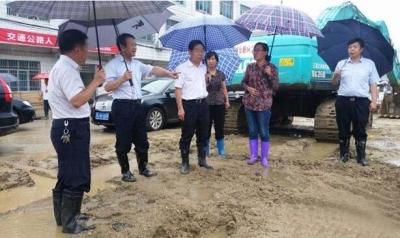 领导熊长江、汪治怀到我县督导一线抗灾