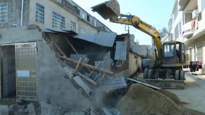 县城管执法局依法拆除违法建筑
