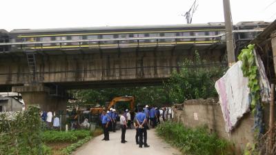 漕河镇开展铁路沿线环境专项整治