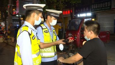 视频丨交警夜查酒驾违法行为