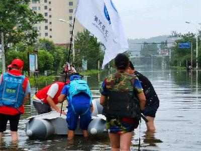 蓝天救援队积极参与蕲州灾区群众转移行动