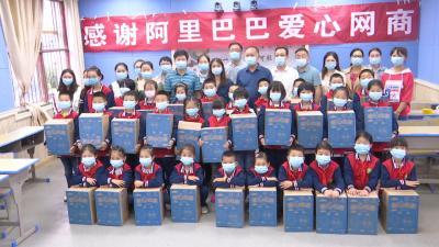 """视频丨中国扶贫基金捐赠 """"爱心包裹"""""""