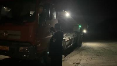 视频丨偷运黄砂出县境  强行冲卡被拘留