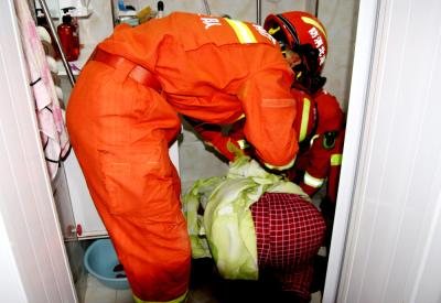 孝昌一女士手被卡便池 消防队员破拆救援