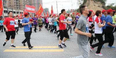 通城县举行2017年春季微型马拉松暨万人长跑比赛 用力量和激情演绎精彩,用奔跑和速度展示活力