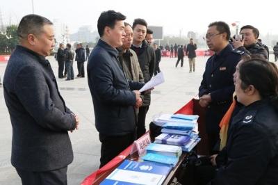通城县地税局结合主题党日开展宪法宣传进广场活动
