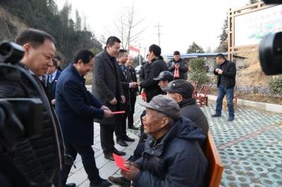 """关爱贫困群众,关注寒门学子 上海市咸宁商会来通城开展""""一对一帮扶""""公益活动"""