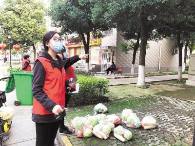 """习近平总书记点赞的00后志愿者谢小玉——""""再小的微光,也能温暖彼此"""""""