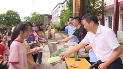 通城马港镇:禁毒宣传进校园  捐赠图书共享书香