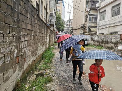 北门塔下巷南路积水严重     千户居民的小孩上学困难