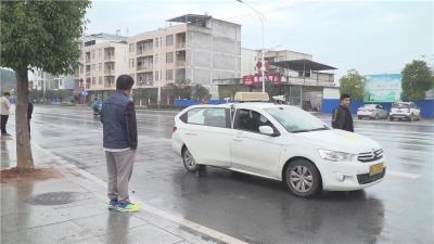 学员练车乱扔垃圾   道路清扫徒增压力