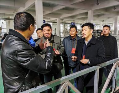 通城县政协组织委员视察开发区新上项目和交通建设项目