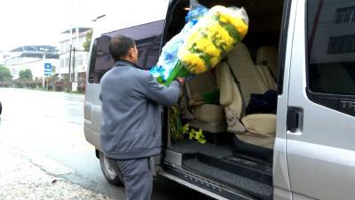 点赞!这位经营户主动上交塑料鲜花 支持文明低碳祭祀