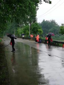 塘湖镇:全员上阵走街入巷  助力自行车赛环境卫生整治