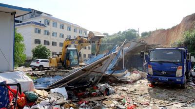 通城县城管执法局:依法拆除违法建筑物助力卫生城市建设