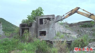 拆除废弃矿屋   消除安全隐患