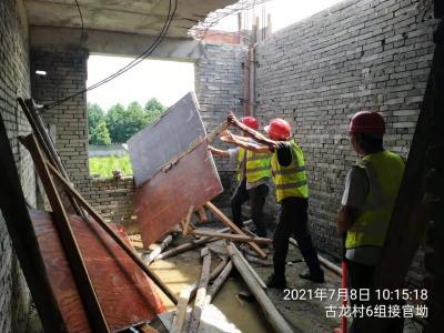 """通城县城管执法局拆除违建钢棚 对违建说""""不"""""""